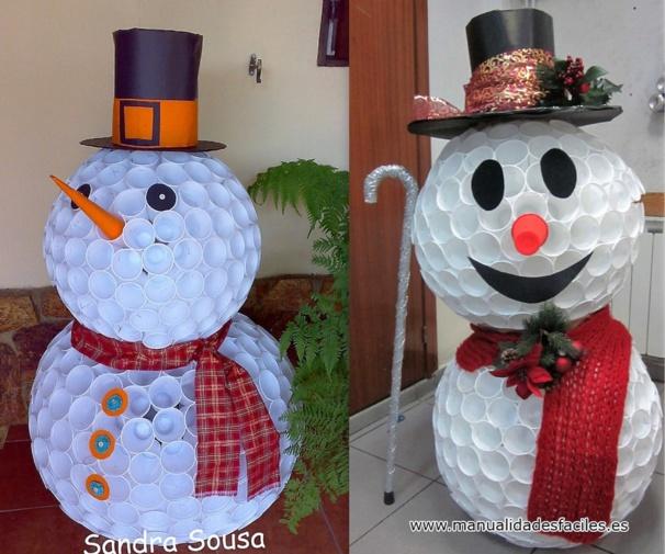 Faire un bonhomme de neige avec des gobelets en plastique