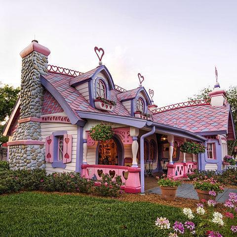 Sans doute, la maison que Ken a offert à Barbie !