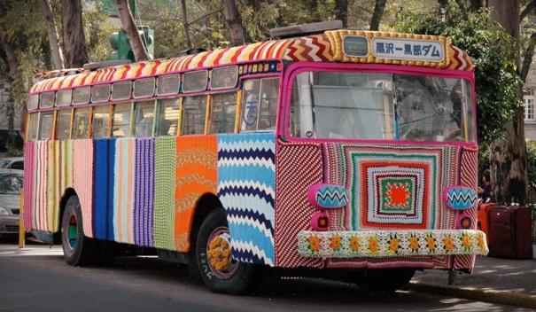 le bus impérial, relooké en Yarnbombing ! Bravo les filles !
