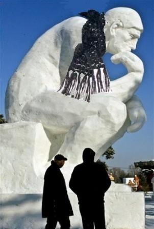 Le penseur, sculpté dans la glace.