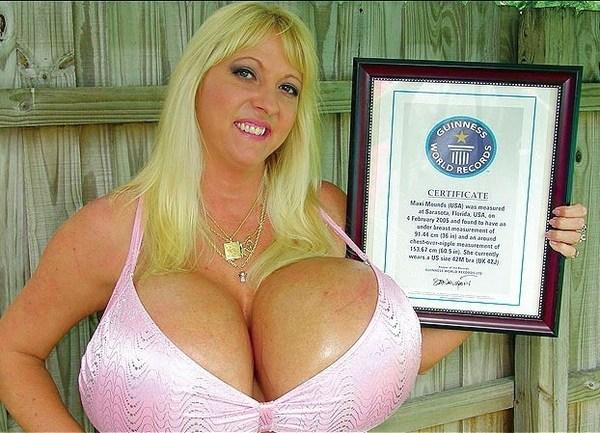 Rousse avec des seins énormes