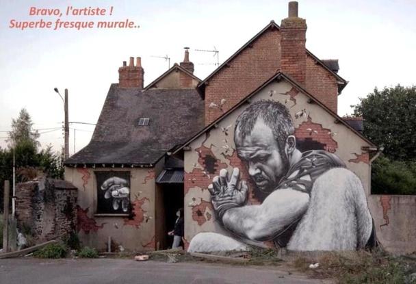 Une superbe fresque murale qui habille et retient la maison..