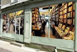 De fausses vitrines pour égayer une rue commerçante !