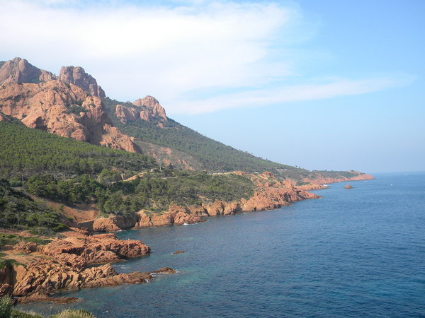 Côté mer, les collines se jettent dans la méditerranée..