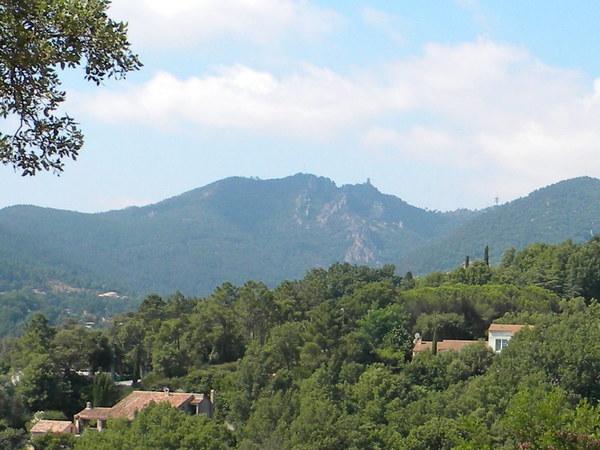 Côté terre, les collines sont verdoyantes, on distingue à peine les maisons nichées sous les arbres..