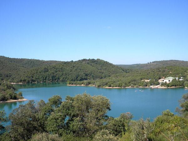 Le Lac de St Cassien, planté dans le Massif, bordé de collines d'une végétation luxuriante..