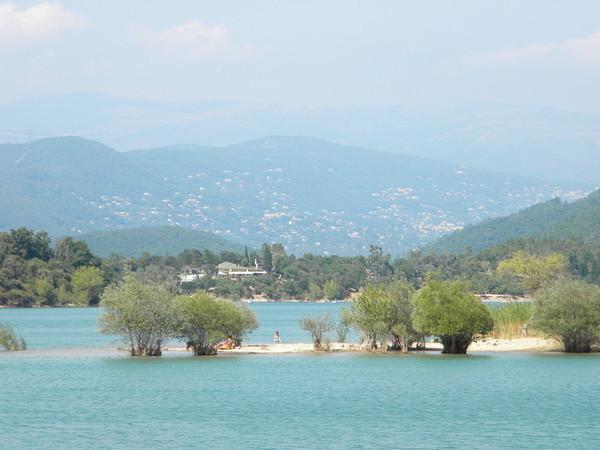 Immense et magnifique, le lac reste à 25 ° tout l'été, une immense piscine naturelle..
