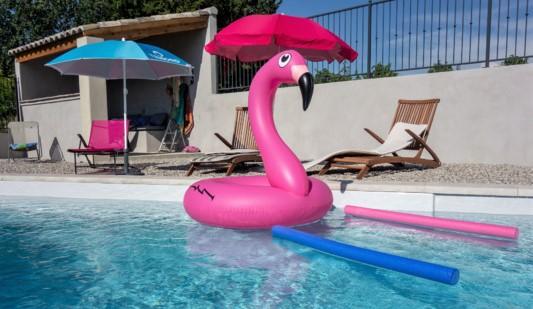 Quels sont les accessoires tendances pour profiter de l'été chez soi ou à la plage?