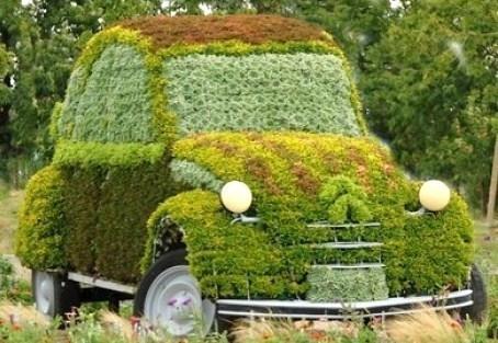 Insolite : les voitures recyclées en jardinières !