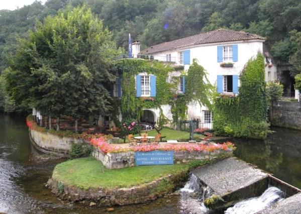 Ici le moulin de l'abbaye transformé en hotel restaurant, superbe moulin joliment décoré !