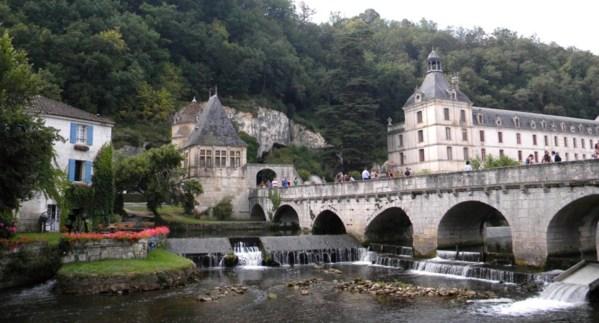 Le pont qui enjambe la dronne et qui amène à l'abbaye de Brantôme !