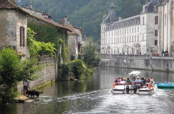 La Dronne qui entoure entièrement le village sur laquelle on peut découvrir Brantôme en navette !