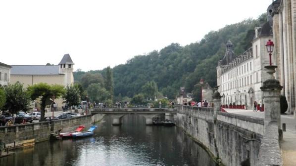 Un autre pont qui enjambe la Dronne et qui amène au village