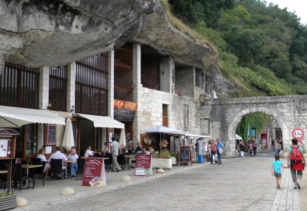 les boutiques troglodytes encavées dans les grottes des collines de Brantôme