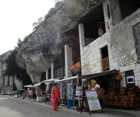 grottes de Brantôme revisitées en boutique de souvenirs.