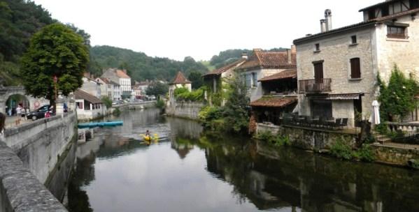La Dronne bordée par de charmantes maisons typiques du village
