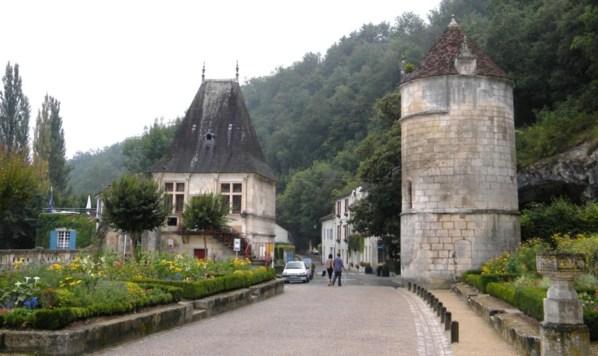 l'entrée de Brantôme marquée par des tours historiques..