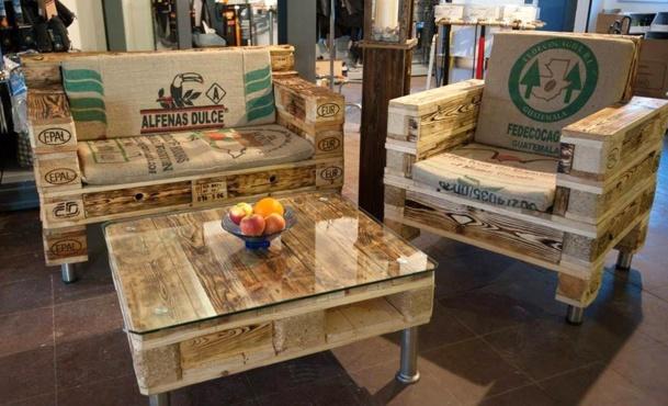 Salons de jardin faits avec des palettes en bois - Table basse avec des palettes en bois ...