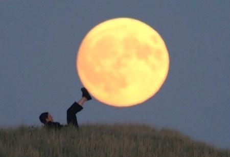 Photos insolites, jouer avec la lune !