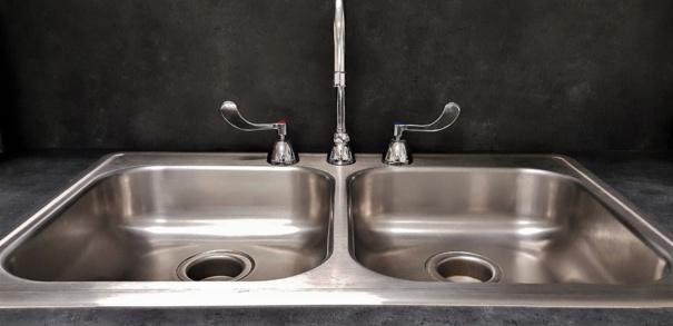 Déboucher les canalisations d'évier et de lavabo - 2 astuces fiables