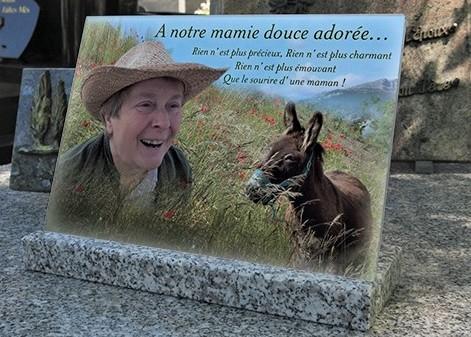 Rendre hommage à un proche avec une plaque funéraire
