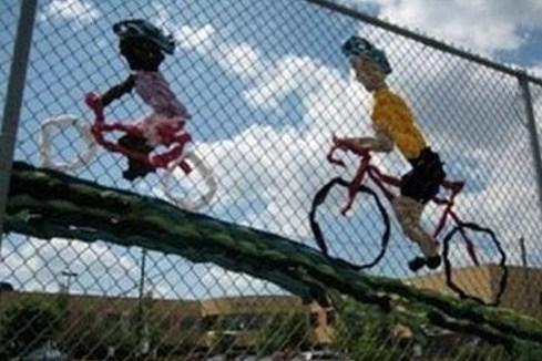 des cyclistes tissés sur du grillage