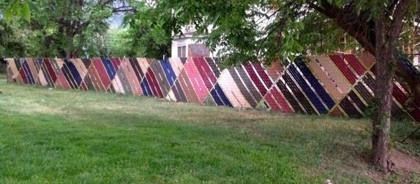 une clôture entière décorée avec du tissage sur grillage
