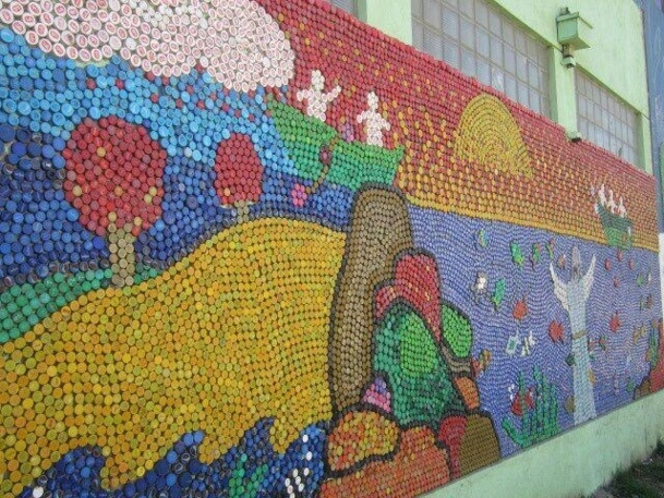 Fresques murales avec des bouchons en plastique