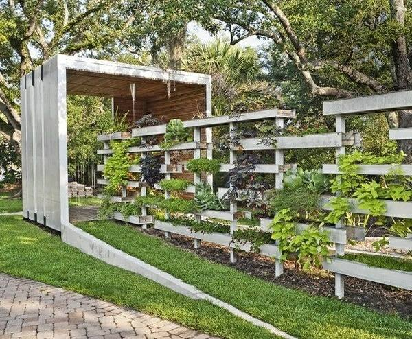 Faire un mur brise vue en bois de palettes - Fabriquer un salon de jardin ...
