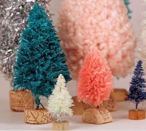 Faire de petits sapins de Noël en laine ou en guirlandes