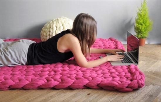 Comment tricoter avec des aiguilles géantes ?