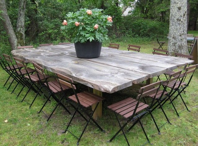 Tables de jardin originales insolites recycl es for Table ronde en bois exterieur