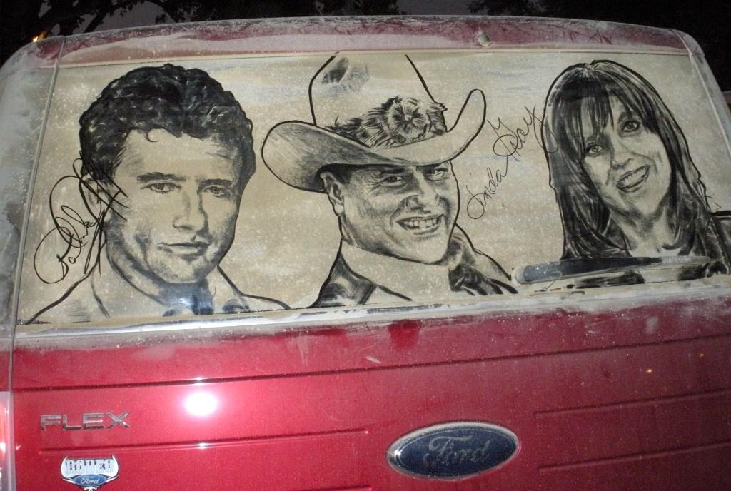 Art insolite : oeuvres d'art sur vitres de voitures sales !