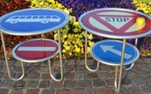 Du mobilier en panneaux de signalisation